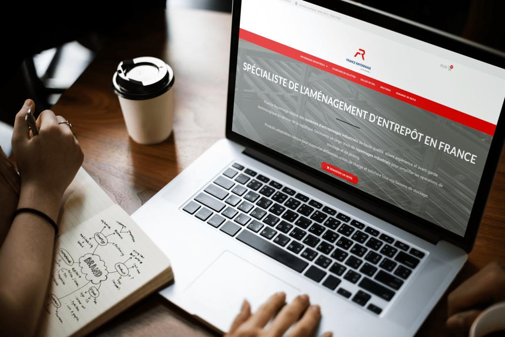 la développeuse de notre agence web travaillant sur le site de France Rayonnage
